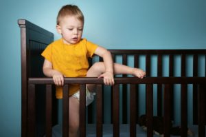 ابنتي ترفض النوم ليلا وتقاومه فماذا أفعل ؟!